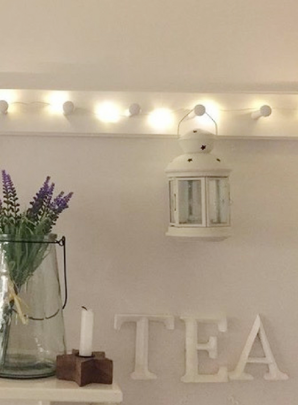 tea: White wooden letters, height 12cm.