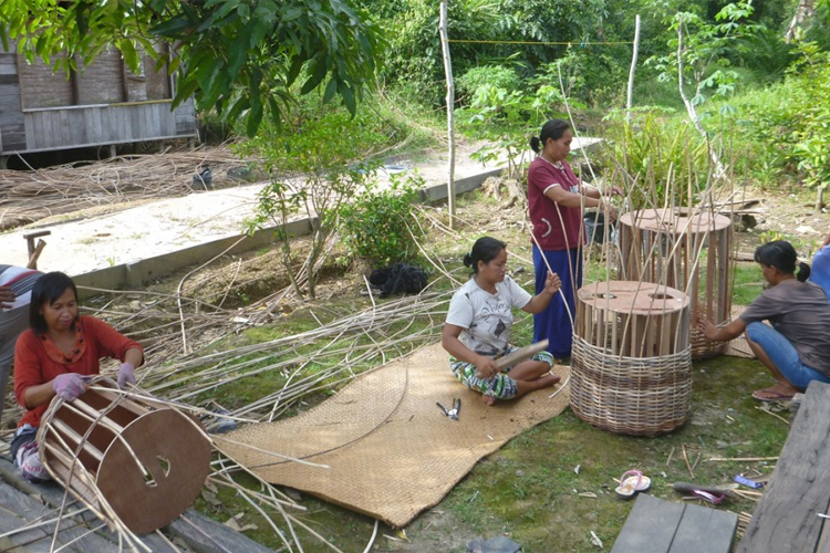weaving rattan wicker baskets